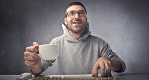Ragazzo scrive al computer.